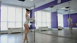Horny pole dancer Irina Brovkina flashes her really sexy loot during practice